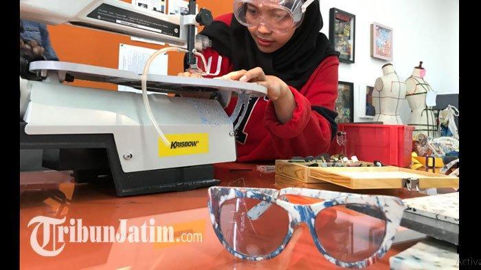 Mahasiswi UC Surabaya Ubah Tutup Botol Bekas Jadi Kacamata, Karyanya 'Nangkring' diNY Fashion Week