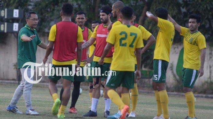 Jelang Persebaya Vs PSM Makassar, Aji Santoso Benahi Kekurangan Tim dalam Antisipasi Bola Set Piece