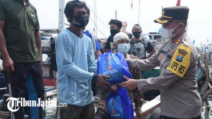 AKBP Miko Datangi Ratusan Nelayan di Pelabuhan Desa Sedayulawas, Bagikan Sembako Bantuan Covid-19