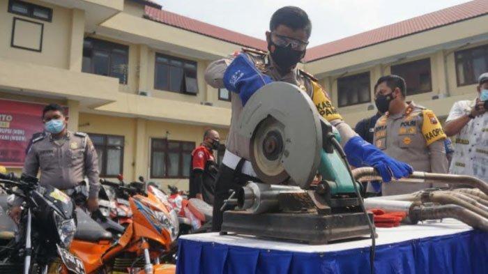 Polisi Musnahkan Puluhan Knalpot Brong dari Hasil Razia Balap Liar di Mojokerto