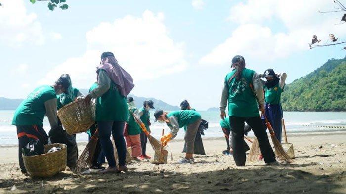 Beach Clean Up, Momentum Pemkab Trenggalek Merawat Pantai di Teluk Prigi dari Sampah