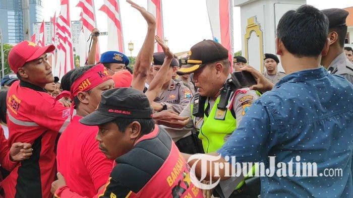 Memanas, Aksi Dorong Massa KASBI dengan Petugas di depan Gedung Grahadi