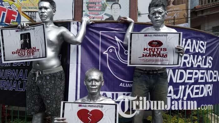 Gandeng Manusia Silver, AJI Kediri Memperingati May Day di Simpang Empat TT Tulungagung