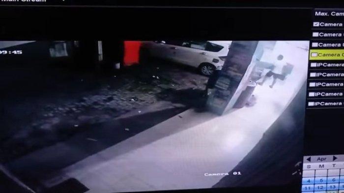 Naik Mobil Ertiga, Maling di Gresik Ternyata Curi Kursi Besi, Aksinya Terekam CCTV dan Viral