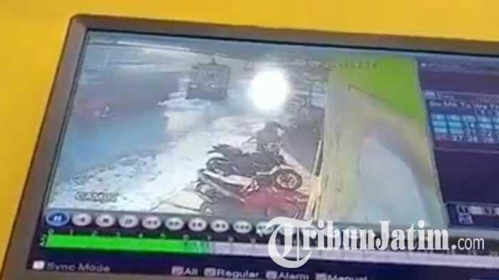 Ditinggal Sarapan, Motor di Warung Makan Mojokerto Raib, Aksi Pencurian Terekam CCTV