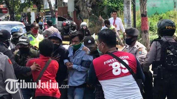 Pemkab Gresik Tak Mau Beri Stempel Dokumen Tolak Omnibus Law, Ratusan Mahasiswa Kecewa Blokir Jalan