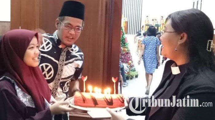 Kerukunan Antar Umat Beragama, Gusdurian Hadiahi Kue dan Lilin saat Misa Natal di GKI Jombang