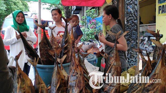 Ikan Asap Jadi Oleh-oleh Khas Tuban, Omzet Penjual Bisa Capai Jutaan Rupiah
