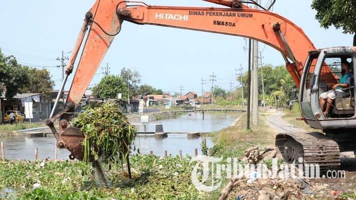 Antisipasi Banjir, Pemkab Sidoarjo Kerahkan Alat Berat untuk Mengeruk Sampah di Sungai