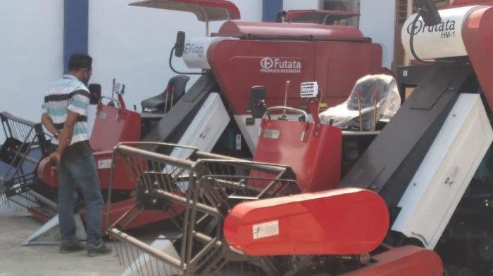 Pemkab Sampang Hibahkan Ratusan Alat Mesin Pertanian kepada Kelompok Tani