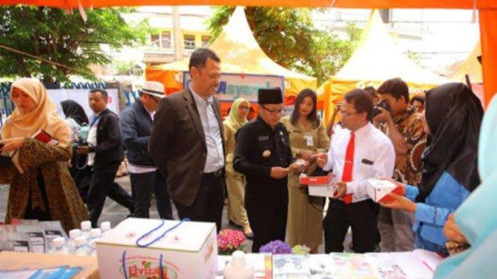 Wali Kota Malang, Sutiaji saat meninjau Bazar Wisata Halal di Universitas Muhammadiyah Malang (foto diambil sebelum pandemi)