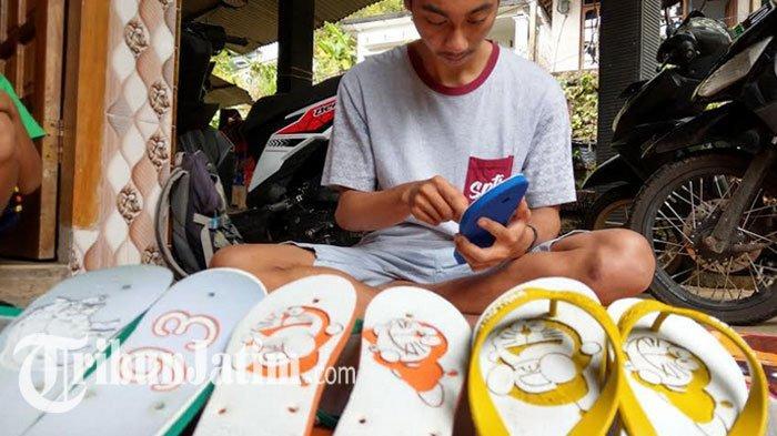 Ide Kreatif Remaja Trenggalek saat Pandemi, Sandal Jepit Polos Diukir Berbuah Duit, Dijual 40 Ribu