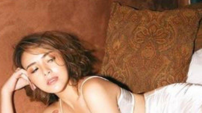 Amanda Manopo berpose seksi di atas ranjang