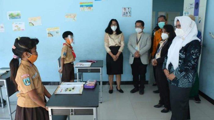 Pantau PTM di SD, Wabup Bu Min Sambangi Tiga Sekolah di Menganti