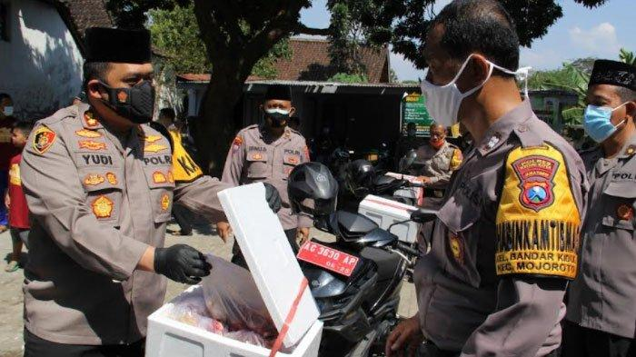 Dewan Masjid Indonesia Kota Kediri Gandeng Bhabinkamtibmas Bagikan Daging Kurban