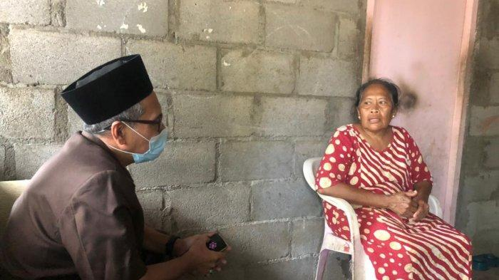 Anggota DPRD Gresik, Syaikhu Busyiri (kiri) saat ditemui nenek korban, Fatimah (kanan) di rumah indekos di kawasan Kebomas Gresik, Kamis (5/8/2021)