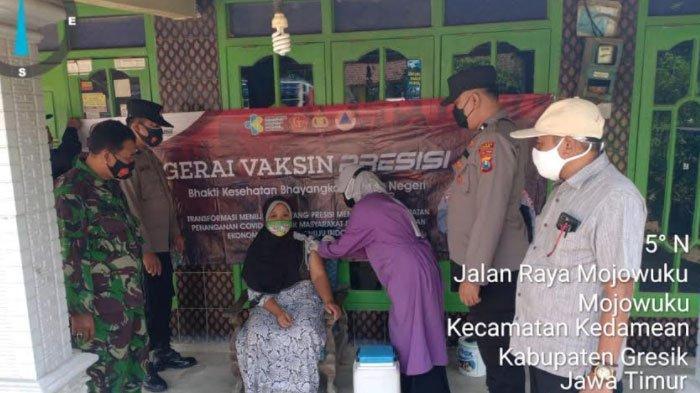 TNI-Polri di Wilayah Kedamean Gresik Gelar Vaksinasi Secara Door to Door ke Rumah Warga