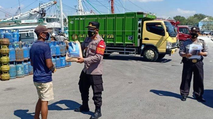 PPKM Darurat diperpanjang, Buruh di Pelabuhan Gresik Terima Bantuan