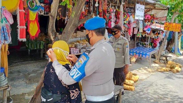TNI-Polri Gencarkan Penerapan Prokes di Wisata Api Tak Kunjung Padam, Ajak Pedagang Tetap Disiplin