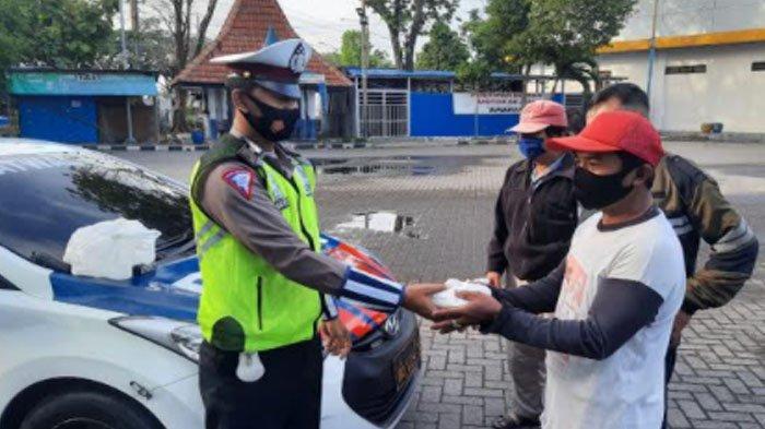 Tingkatkan Protokol Kesehatan, Anggota Satlantas Polres Gresik Berbagi Masker dan Nasi Bungkus