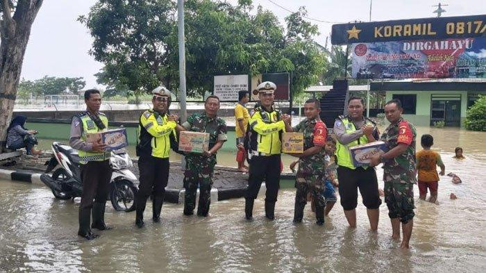 Kantor Koramil Gresik Tergenang Banjir Kali Lamong, Anggota Satlantas Polres Bagikan Sembako