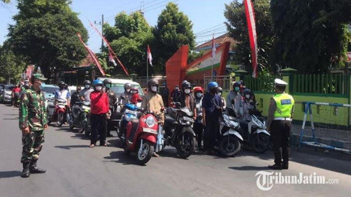 Momen Pengendara di Kediri Berhenti Sejenak, Nyanyikan Indonesia Raya dan Heningkan Cipta