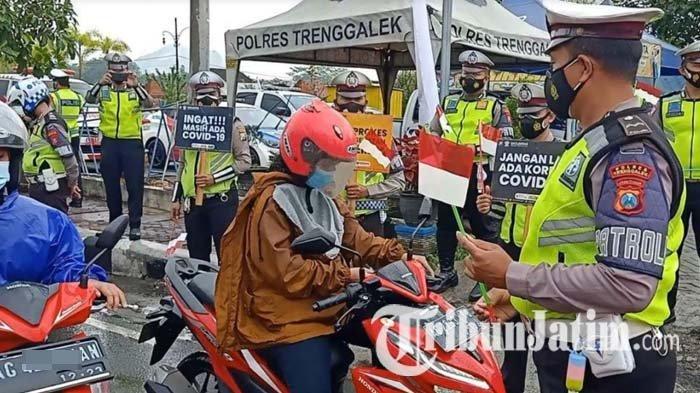 Sambut HUT RI ke-76, Satlantas Polres Trenggalek Bagikan Bendera Merah Putih ke Pengguna Jalan