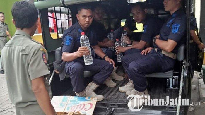 Operasi Pekat, Satpol PP Probolinggo Amankan 25 Botol Miras dan Minol di Desa Maron Kidul