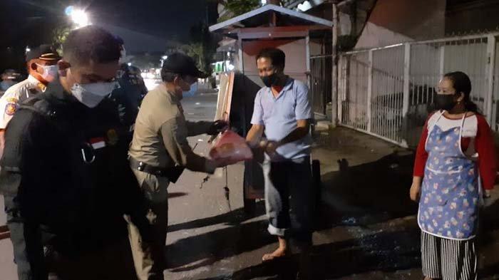 Tak Hanya Edukasi Aturan PPKM Darurat, Satpol PP Surabaya Juga Bagikan Sembako ke PKL