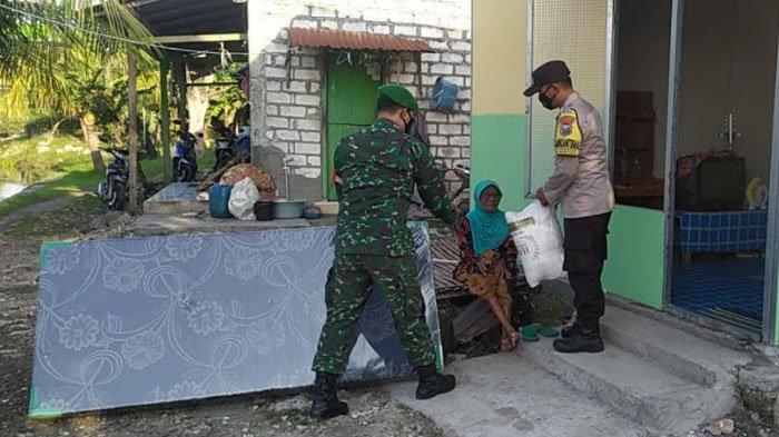 Anggota TNI dan Polri di Gresik Iuran Belikan Kasur untuk Nenek Sebatang Kara