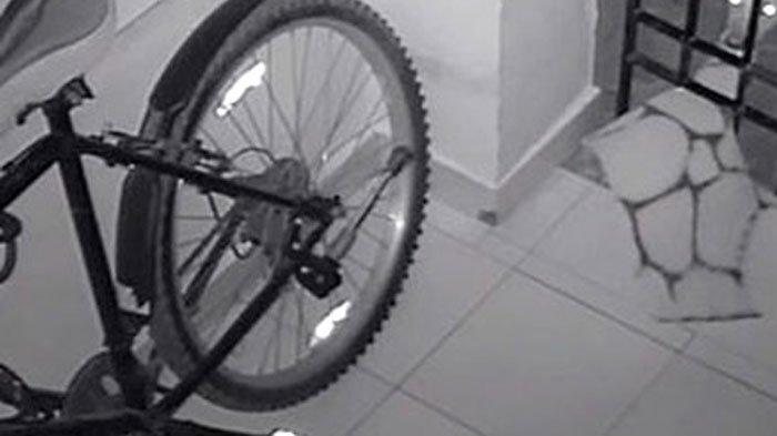 Dikira Tetangganya, Pria Ini Syok Saat Pergoki Sosok Pencuri di Depan Rumah Usai Tonton Rekaman CCTV