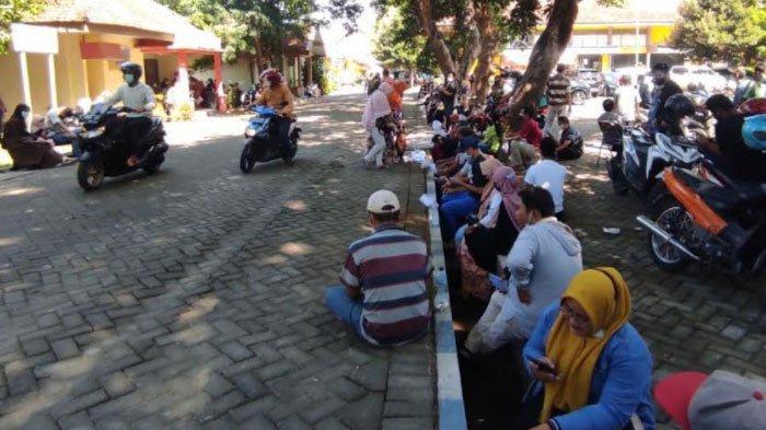 Warga Serbu Kantor Dinkes Kabupaten Mojokerto, Khawatir Kehabisan Vaksin Covid-19