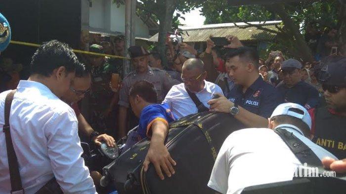 Ribuan Warga Kediri Menyaksikan Rekonstruksi Mutilasi Guru Honorer, Sampai Lewati Garis Polisi