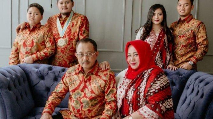 Jelang Dilantik, Wakil Wali Kota Surabaya Terpilih Armuji Ajak Keluarganya Ziarah