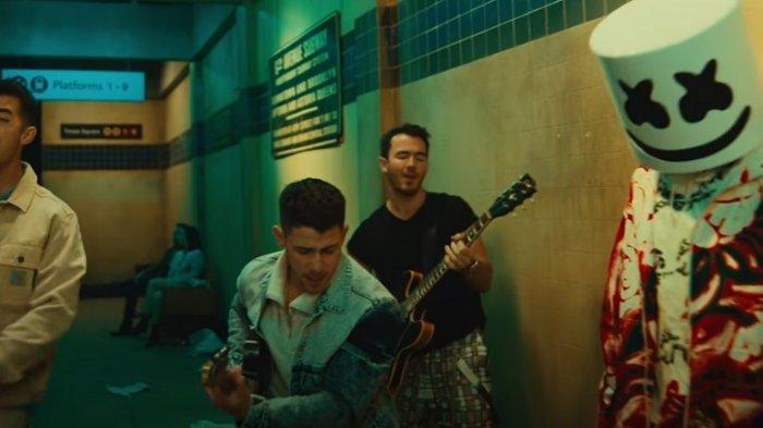 Lirik dan Terjemahan Lagu 'Leave Before You Love Me' Marshmello feat Jonas Brother
