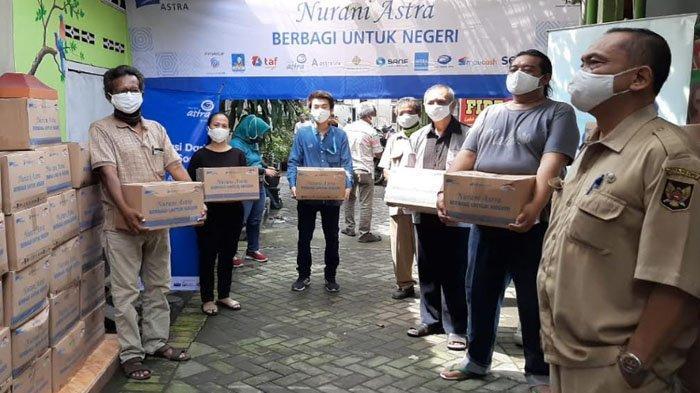 Berbagi saat Pandemi Virus Corona, Asuransi Astra Kediri Salurkan 125 Paket Sembako pada Warga