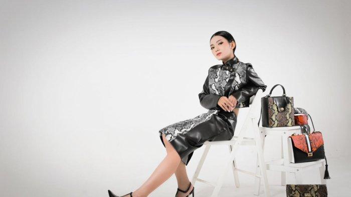 Peduli Hewan, Mahasiswi Surabaya Ciptakan Produk Fashion Pengganti Kulit Ular