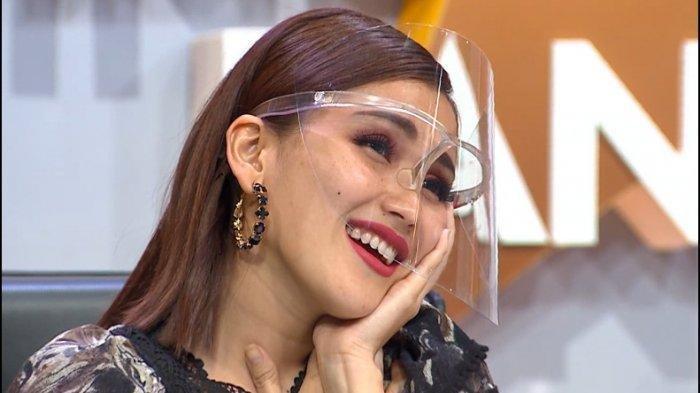Ayu Ting Ting semprot kru tv karena singgung gagalnya pernikahan dengan Adit Jayusman.