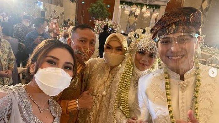 Ayu Ting Ting, Umi Kalsum dan Ayah Rozak di pernikahan Rizky Billar dan Lesty Kejora.
