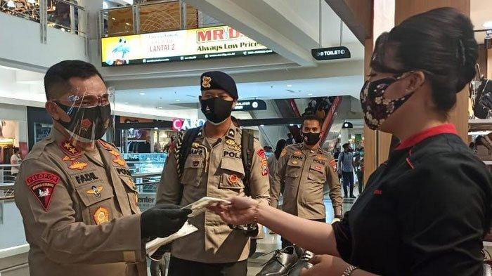 Angka Covid-19 Jatim Masih Tinggi, Forkopimda Jatim Gencar Bagikan Masker Gratis ke Pengunjung Mall