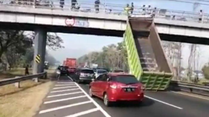 NEWS VIDEO - Bak Truk Tronton Nyangkut hingga Lepas di Tol Sidoarjo-Porong, Sopir Sampai Sesak
