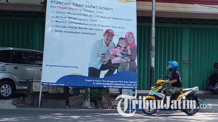 Sejumlah baliho kegiatan Pemkab Nganjuk dan sosialisasi program pembangunan Pemkab Nganjuk bergambar Bupati Novi Rahman Hidhayat yang masih ada di sejumlah titik lokasi di Kota Nganjuk, Kamis (20/5/2021).