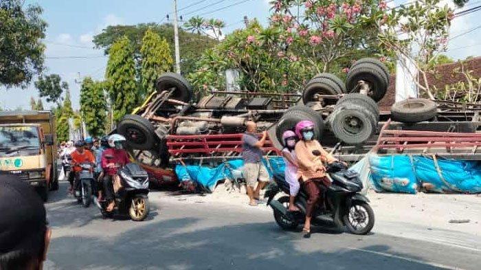 Kecelakaan Mengerikan di Lamongan, Dipicu Truk Tronton Alami Rem Blong, Terguling Usai Hantam Innova