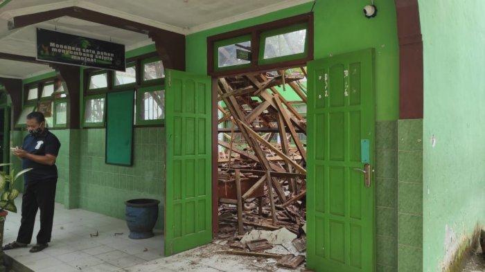 Atap Dua Ruang Kelas SMPN 2 Tugu di Kabupaten Trenggalek Ambrol Akibat Gempa