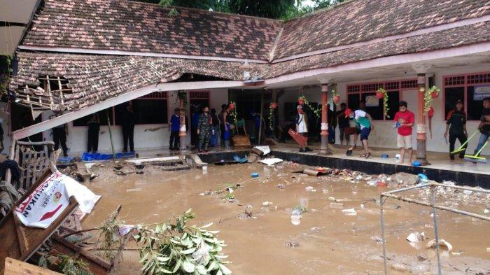 Seusai Bangsalsari Jember Dilanda Banjir, Petugas Gabungan Langsung Bersihkan Lumpur