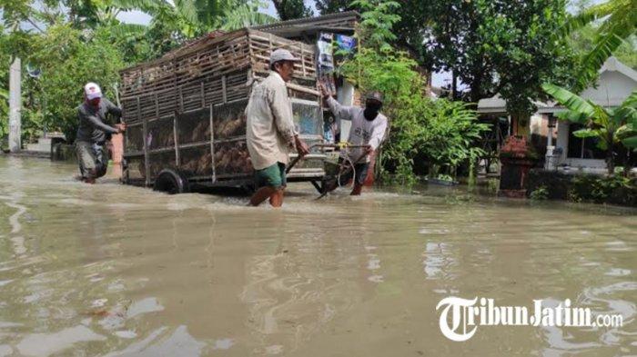Banjir merendam permukiman penduduk di Dusun Gembongan, Desa Jotangan, Kecamatan Mojosari, Kabupaten Mojokerto.