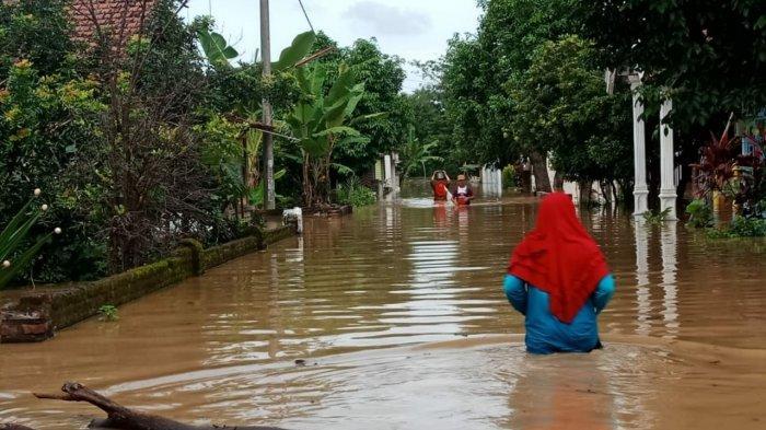 Ratusan Emak-emak Mengungsi di Kantor Desa, Gondangmanis Jombang Paling Parah Terendam Banjir