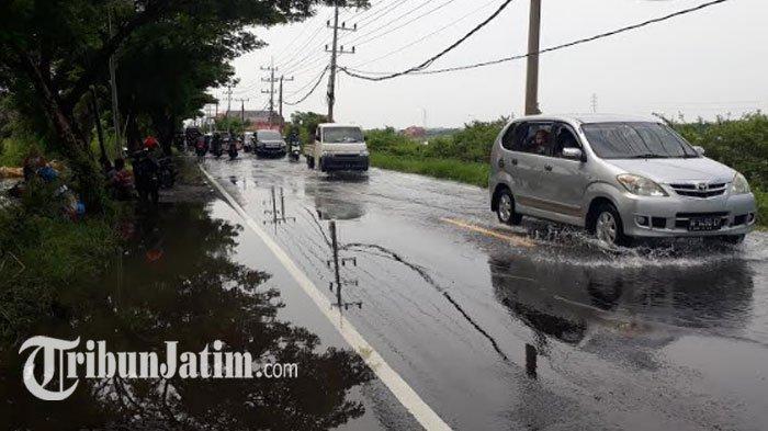 Jalan Raya Cerme Gresik Masih Tergenang Banjir Kali Lamong: Laju Kendaraan Tak Bisa Lancar