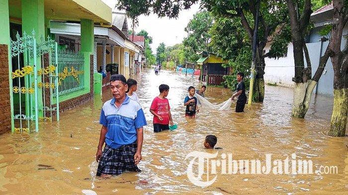 Khawatir Terjadi Banjir Susulan, BPBD Kota Pasuruan Mengevakuasi Warga yang Bertahan di Rumah