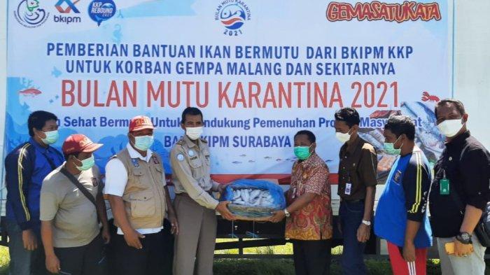BKIPM Surabaya dan Dinas KP Jatim Serahkan Bantuan Ikan Bermutu Untuk Korban Gempa Malang